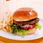 ちょっとした食べ方のコツを知れば、ハンバーガーはこぼれない!